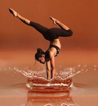 Postura invertida en yoga